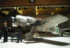 Im Hangar aus Lasercut Papier (eigentlich ein Bushangar)