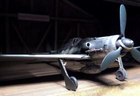 Fertiges Modell der FW-190 D9 von AZ-Modell in 1/72, selbst gebautem Hangar aus Balsaholz
