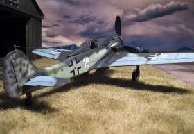 Fertiges Modell der FW-190 D9 von AZ-Modell in 1/72. Der Wolkenhimmel ist mit dem Fotodrucker ausgedruckt (2x A4 in der Mitte zusammengeklebt)