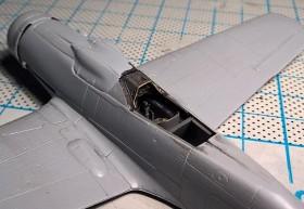 Rumpf und Tragflächen vereint, Blick ins Cockpit