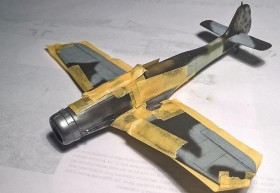 Abklebearbeiten mit Tamiya-Tape für die Aluminium-Teile. Ich habe Alclad Airframe Aluminium verwendet