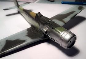 Eine Schicht Erdal-Glänzer schützt die Farbe und sorgt für eine Glatte Oberfläche (günstig zum Aufbringen der Decals)