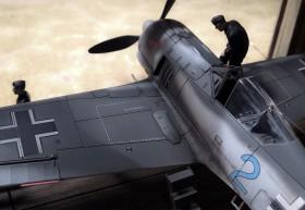 FW-190 im Hangar mit einem Mechaniker von Zvezda auf der Tragfläche