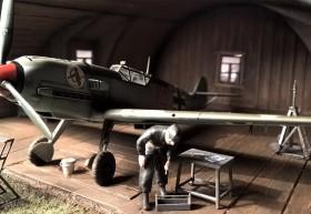 Rote 14, Uffz Leo Zaunbrecher  und Hangar von Airmodel